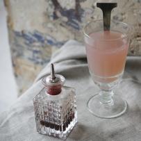 Tomate cocktail next to grenadine